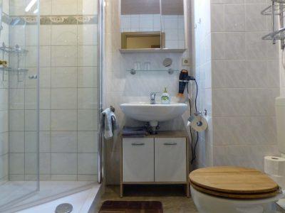 Fewo 1 Badezimmer mit geräumiger Dusche